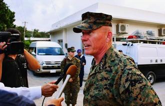 オスプレイ不時着事故現場近くの住民に謝罪し、取材に応じる在沖縄米軍トップのニコルソン沖縄地域調整官=19日午後、沖縄県名護市