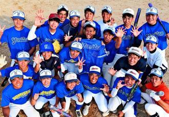 真栄田一成さんのユニホーム(中央)を囲み記念撮影に収まる読谷高校ソフトボール部の3年生メンバー=同校