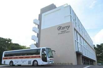 カリー観光の路線バスが停車する「カリーコンド美ら海」=1日、本部町山川