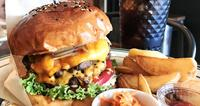 厚盛り!高さ8センチ ひとくちで広がる肉汁 沖縄市園田「ラルフズ・バーガー・レストラン」