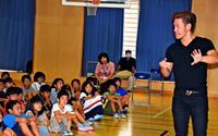 児童「努力して夢かなえたい」 MASAさんのマジックに刺激 沖縄・室川小