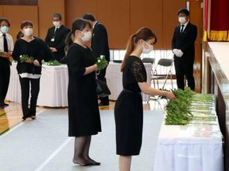 熊本県球磨村で開かれた追悼式で献花する参列者=1日午前