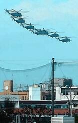 浦添市の住宅地上空を7機編隊で飛行する普天間飛行場所属のCH53E大型輸送ヘリ=25日午後4時15分ごろ(伊波洋一参院議員事務所提供)