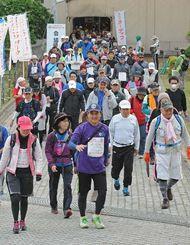 元気よくスタートする42キロコースの参加者=7日午前7時49分、浦添市・浦添市民体育館