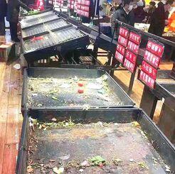 売り切れて空になったスーパーの野菜売り場コーナー=23日、中国・武漢市(赤嶺昇平さん提供)