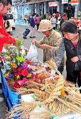 しめ縄や旧正月用料理の食材を買い求める客たち=18日午前、糸満市中央市場(下地広也撮影)