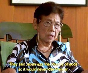 「17才の別れ」の一場面。宮城さんが学徒隊での沖縄戦体験を語っている。より多くの人たちに知ってほしいと英語の字幕を付けた