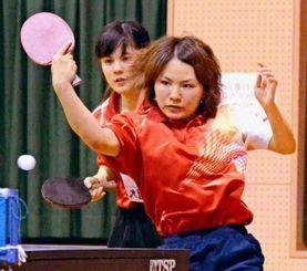 女子ダブルスで優勝した沖国大の(左から)狩俣道世・比嘉咲子組。狩俣はシングルスも制した=うるま市石川体育館(當山学撮影)