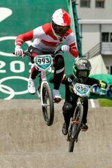 男子BMXレース1回戦 ジャンプする長迫吉拓(左)=有明アーバンスポーツパーク