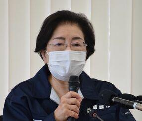 新型コロナウイルスワクチンの高齢者接種を4月下旬から始めることを発表する城間幹子那覇市長=16日、市役所