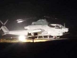 渡名喜村ヘリポートに緊急着陸した米軍ヘリ=23日午後9時30分ごろ(読者提供)
