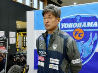 調整後、取材に応じる横浜FCの三浦=和歌山県上富田町