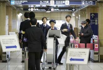 東京メトロ霞ケ関駅で行われた乗客の危険物所持を調べる検査の実証実験。改札機付近に設置したボディースキャナー(中央)で人や物が発する電磁波を検知する=3月