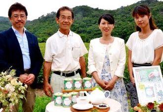 「春摘み紅茶2015クラシックティー」をPRする美ら花紅茶の上地直美代表(右から2人目)、生産農家の比嘉猛さん(同3人目)ら=27日、名護市伊差川の茶畑