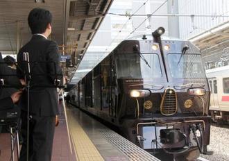 JR博多駅で出発前の「ななつ星in九州」=16日午前