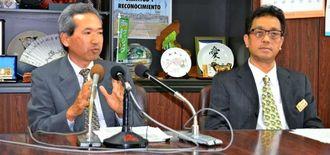 平均寿命の順位後退について説明する(左から)崎山八郎福祉保健部長と国吉秀樹健康増進課長=2月28日、県庁