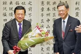 就任後初めて沖縄を訪れた福井照沖縄担当相(左)と翁長雄志知事=3日午前、県庁