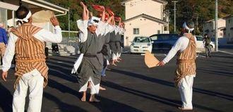 福島県いわき市の災害公営住宅でエイサーを披露する平敷屋エイサー保存会(同会提供)