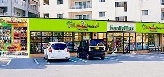 沖縄ファミマとモンパチのコラボラッピング店イメージ図