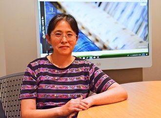 芭蕉布の繊維を研究する野村陽子博士(OIST提供)