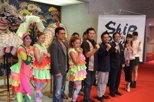 沖縄芸能マグネットコンテンツ舞台公演をアピールする出演者ら=嘉手納町・かでな文化センター
