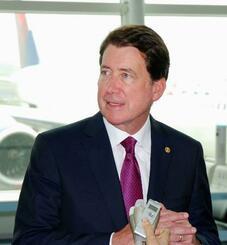 羽田空港で取材に応じるハガティ駐日米大使=22日午後