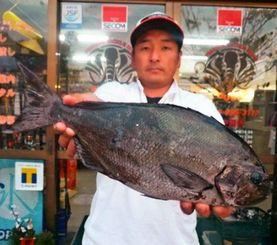 慶良間奥武6番で47センチ、1.44キロの尾長グレを釣った百次仁弥さん=2日