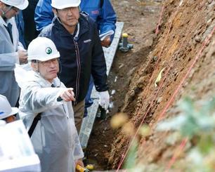 北海道電力泊原発の現地調査をする原子力規制委の石渡明委員(左手前)=12日、北海道泊村