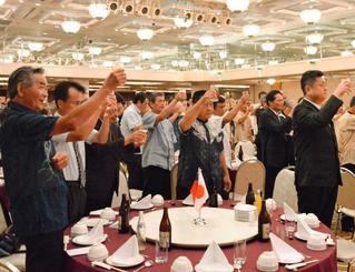 沖縄在住の台湾出身者と県内関係が交流を深めた祝賀会=9日、那覇市・パシフィックホテル沖縄