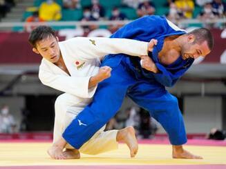 男子60キロ級準々決勝 ジョージア選手(右)と対戦する高藤直寿=日本武道館