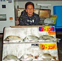 久米島で39.7センチのミナミクロダイを釣った湧川朝則さん=1月28日