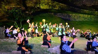 勝連城跡をバックに演じられた現代版組踊「肝高の阿麻和利」=うるま市勝連・勝連城跡