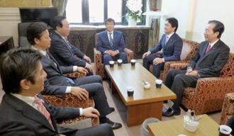国民民主党の控室を訪れ、あいさつする野田前首相(左から3人目)=23日午前、国会