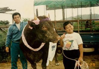 牛舎前で父と弟を撮った初の写真。