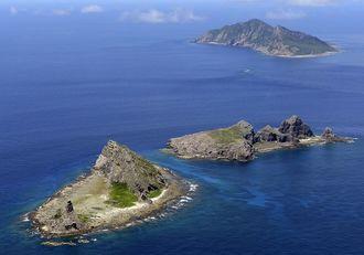 尖閣諸島。手前から南小島、北小島、魚釣島=2012年9月(資料写真)