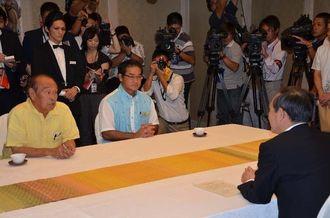 仲井真弘多知事らと会談する菅官房長官(右端)=17日、那覇市内のホテル