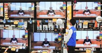 各局が一斉に報じた天皇陛下のビデオメッセージを映す家電量販店のテレビ=8日午後、横浜市港南区のヤマダ電機LABI上大岡店
