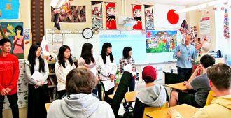 北山高生6人がミルトン高日本語クラスの生徒と初対面し、あいさつした=同校