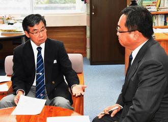 沖縄防衛局の木健司次長(右)に抗議する稲嶺進市長=日午前、名護市役所
