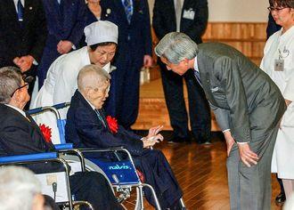国立ハンセン病療養所「南静園」を訪問し、入所者に声を掛ける天皇陛下=2004年1月、宮古島