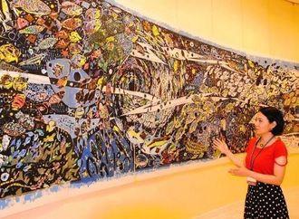 開催中の名嘉睦稔さんの「ともだち展」は、魚や生き物をテーマにした作品が並ぶ=4日、北谷町美浜のボクネン美術館