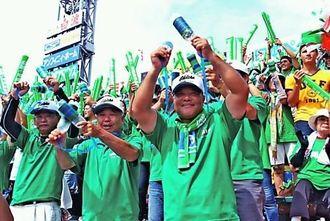 初戦突破に歓喜する沖尚の応援団=17日、甲子園球場