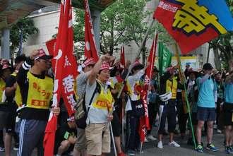 出発式で声を上げ、団結を強める参加者ら=17日、那覇市の県民広場