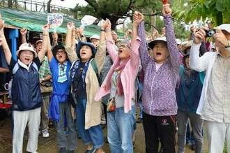 県内外から集まった約750人が手をつないで新基地建設反対の思いを一つにした=7日、名護市辺野古の米軍キャンプ・シュワブゲート前