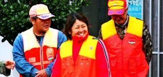 猟友会のメンバーに囲まれ笑顔をみせる平良五月さん(中央)=石垣市・崎枝公民館