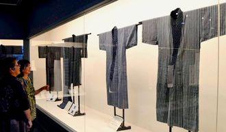 明治から昭和初期に織られた小禄クンジー40点余りが展示されている=21日、那覇市伝統工芸館