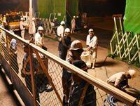 沖縄防衛局、深夜に工事 市民座り込み封じへ柵設置