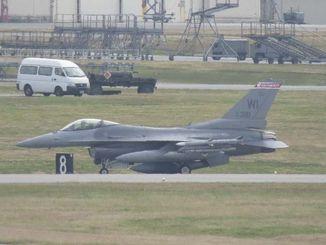 嘉手納基地に飛来したF16戦闘機=15日午後3時48分(仲間勇哉撮影)