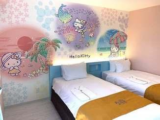 ビーチリゾ―を楽しむハローキティが描かれている「ホテル沖縄withサンリオキャラクターズ」の客室=10日、那覇市