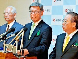 安慶田(右)、浦崎(左)両副知事とともに、新基地建設阻止で「腹を決めた」と話す翁長雄志知事=23日午後、県庁